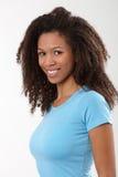 Portrait des attraktiven ethnischen Mädchenlächelns Stockbild