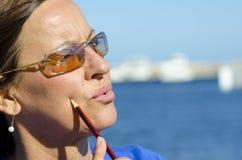 Portrait des attraktiven Frauendenkens lizenzfreie stockfotos