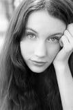 Portrait des attraktiven Mädchen bw-Bildes Lizenzfreies Stockfoto