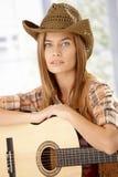 Portrait des attraktiven Mädchens mit Gitarre stockfotografie