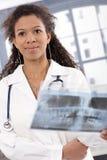 Portrait des attraktiven weiblichen Doktorlächelns Lizenzfreie Stockbilder