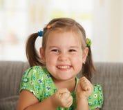 Portrait des aufgeregten kleinen Mädchens Stockbilder