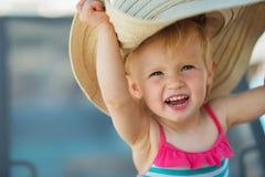 Portrait des aufgeregten Schätzchens im Strandhut Lizenzfreies Stockbild