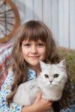 Portrait des aufrichtigen Mädchendorfbewohners mit Katze an Hand Stockfotografie