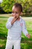 Portrait des Babys spielend am Park Lizenzfreies Stockbild