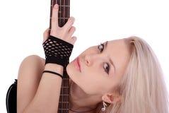 Portrait des blonden Mädchens mit elektrischer Gitarre Stockfoto