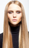 Portrait des blonden Mädchens mit rauchigen Augen Stockfotos