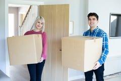 Portrait des bo?tes de transport de jeunes couples dans la nouvelle maison le jour mobile photographie stock