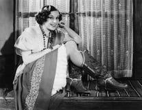 Portrait des bottes de cowboy de port de femme (toutes les personnes représentées ne sont pas plus long vivantes et aucun domaine image stock