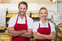 Portrait des boulangers de sourire avec des bras croisés Photographie stock