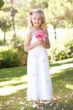 Portrait des Brautjunfer-Holding-Blumenstraußes draußen Lizenzfreie Stockbilder