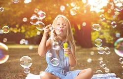 Portrait des bulles de savon de soufflement de fille gaie images stock