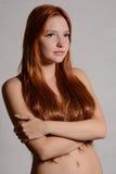 Portrait des cheveux de rouge de jeune femme image stock