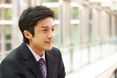 Portrait des chinesischen Geschäftsmannes außerhalb des Büros Lizenzfreie Stockfotos