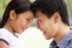 Portrait des chinesischen Vaters mit Tochter stockfoto