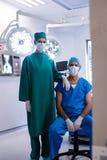 Portrait des chirurgiens portant le théâtre en fonction de masque chirurgical Photographie stock libre de droits