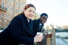 Portrait des collègues de sourire par la rivière Photo stock