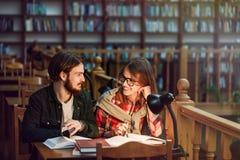 Portrait des couples des étudiants dans la bibliothèque Images stock
