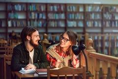 Portrait des couples des étudiants dans la bibliothèque Image libre de droits