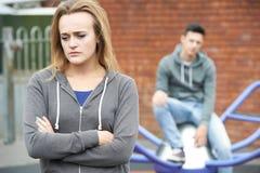 Portrait des couples adolescents malheureux dans l'environnement urbain Image stock