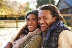 Portrait des couples affectueux détendant en Autumn Landscape photographie stock
