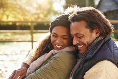 Portrait des couples affectueux détendant en Autumn Landscape images libres de droits
