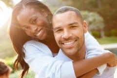 Portrait des couples affectueux d'Afro-américain dans la campagne image stock