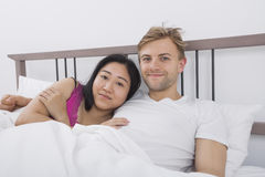Portrait des couples affectueux dans le lit Images libres de droits