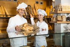 Portrait des couples amicaux de boulangers Images stock