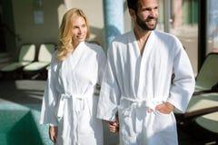 Portrait des couples attrayants au centre de station thermale Image stock