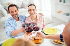 Portrait des couples attrayants et de fête élégants recueillant avec du Re Image stock