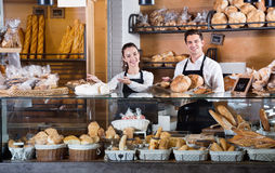 Portrait des couples avec du charme à l'affichage de boulangerie avec la pâtisserie photo stock