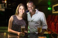 Portrait des couples ayant la bière au compteur de barre Photo libre de droits