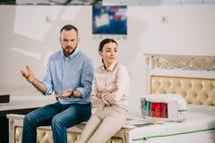portrait des couples ayant le désaccord images libres de droits
