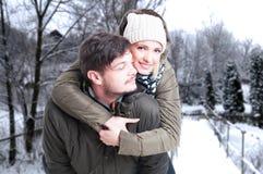 Portrait des couples ayant le tour de ferroutage Photos stock