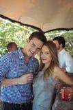 Portrait des couples ayant un verre de cocktail au compteur Photo stock