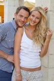 Portrait des couples caucasiens de sourire attrayants dans l'amour en vacances. Photos libres de droits