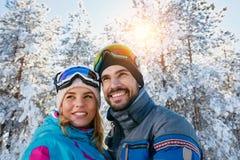 Portrait des couples d'amour des vacances d'hiver Photos libres de droits