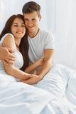 Portrait des couples dans l'amour dans le lit Photographie stock