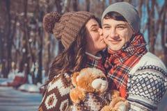 Portrait des couples dans l'amour tenant l'ours de nounours Photo libre de droits