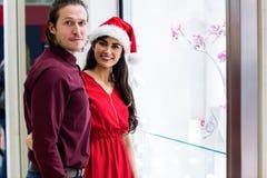 Portrait des couples dans le vêtement de Noël Photo stock