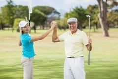 Portrait des couples de golfeur donnant la haute cinq Images libres de droits
