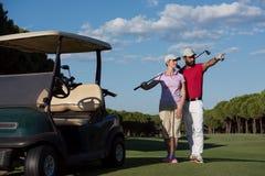 Portrait des couples de golfeurs sur le terrain de golf Photos libres de droits
