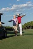Portrait des couples de golfeurs sur le terrain de golf Photographie stock