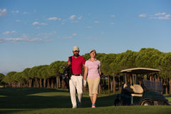 Portrait des couples de golfeurs sur le terrain de golf Images stock