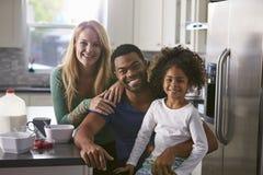 Portrait des couples de métis et fille dans la cuisine Photo stock