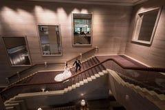 Portrait des couples de mariage à l'hôtel magnifique Image libre de droits