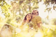 Portrait des couples de Moyen Âge à la nature Appréciez au printemps la saison photographie stock libre de droits