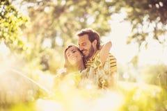 Portrait des couples de Moyen Âge à la nature Appréciez au printemps la saison photos stock