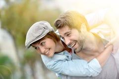 Portrait des couples de sourire appréciant ensemble Photos stock